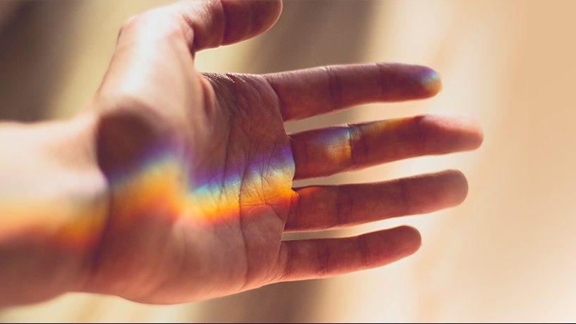 השתקפות צבעי הקשת על יד של חולה סיעודי