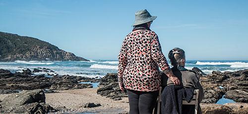 מתנדב עם חולה סיעודי ליד ים כחלק מהתנדבות בהוספיס