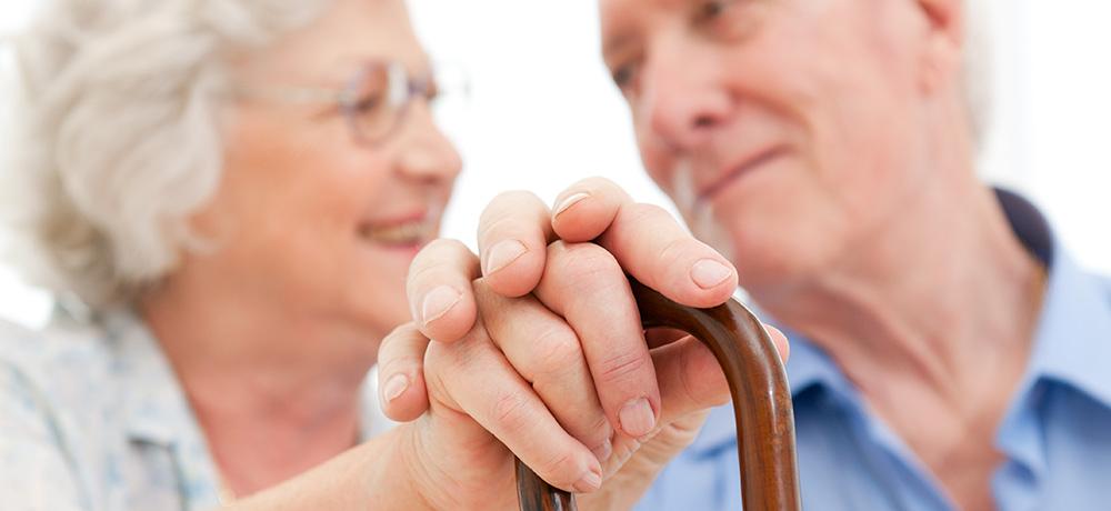 שני מבוגרים מחזיקים ידיים